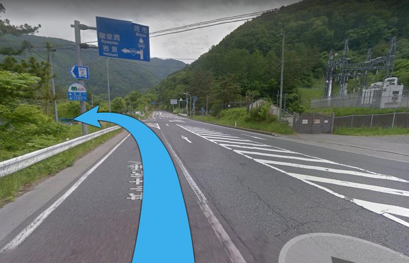 ①国道455号線を盛岡市内から約2時間、龍泉洞の看板が見えたら大きな交差点を左折します。